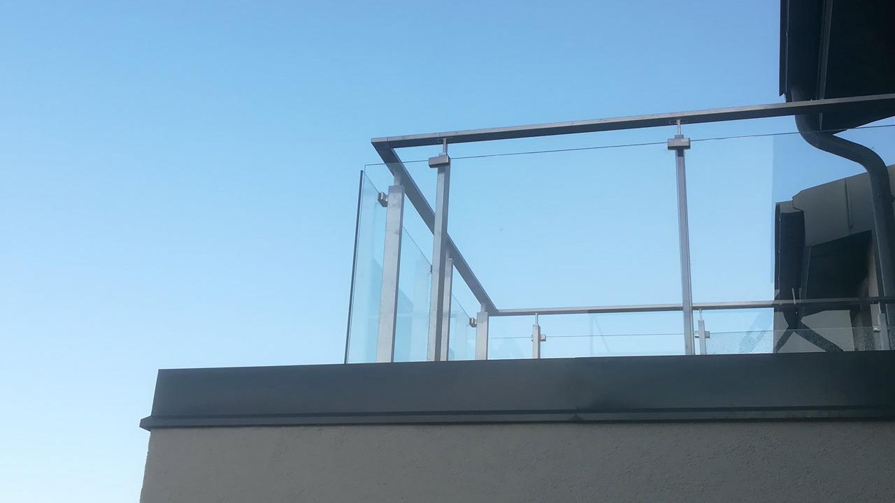 Inspirieren mit einem Glasgeländer oder einer Glastrennwand in Hamburg – so finden Ihre Kunden Sie!